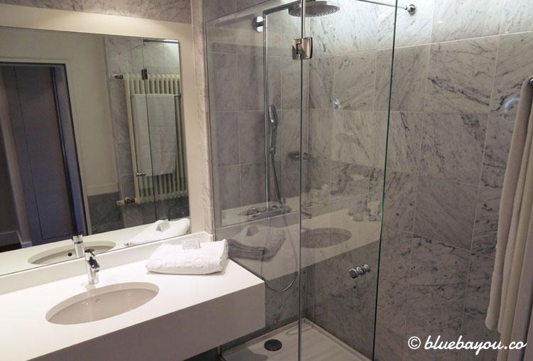 Das Bad im Superior Zimmer des NH Collection Hotel Köln Mediapark.