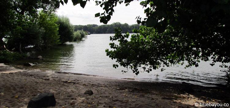 Ein gut versteckter Strand im Naturschutzgebiet der Rheinwiesen von Oestrich-Winkel.