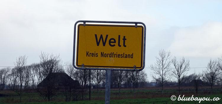 Verrückte Ortsnamen: Ortsschild von Welt, Kreis Nordfriesland in Schleswig-Holstein.