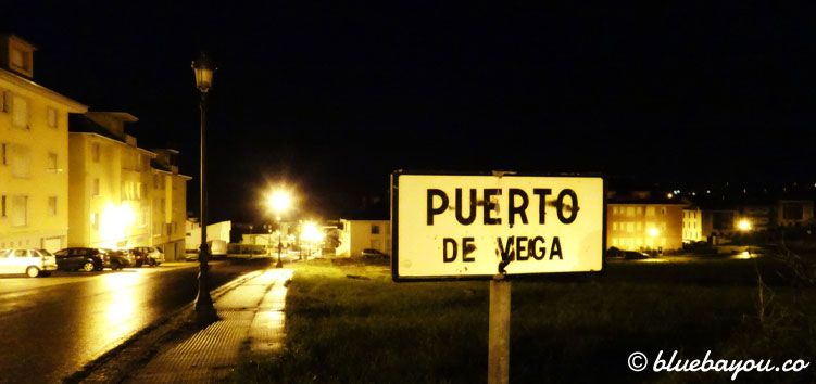 Ankunft in Puerto de Vega vor Sonnenaufgang entlang des Jakobswegs.