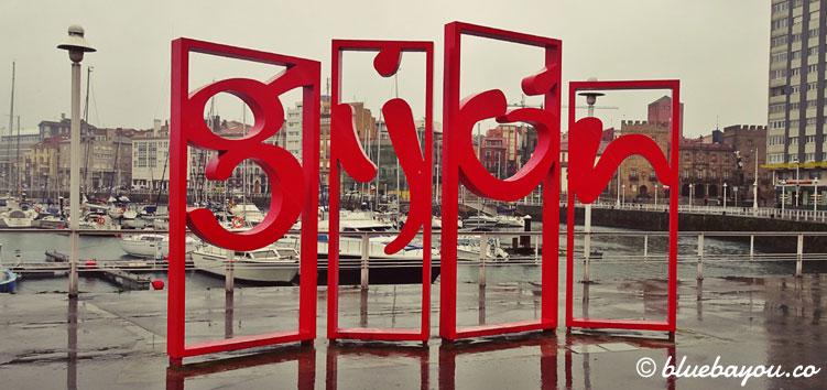 Gijón als roter Schriftzug für die Fotos der Touristen.