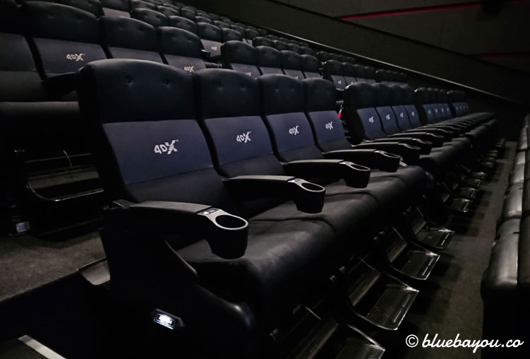Die Sitze sind als Viererblöcke angeordnet und verfügen jeweils über Fußstützen.