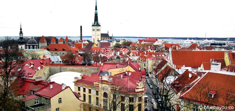 Der Ausblick auf Old Town von Toompea Hill in Tallinn.