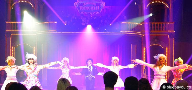 Diese weihnachtlichen Tänzerinnen begeistern das Publikum im Circus Roncalli vor allem während der Umbaupausen.