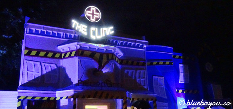 The Clinic in Walibi Holland bei Nacht.