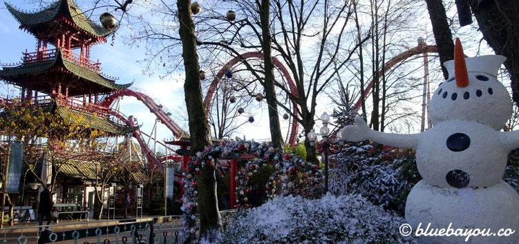 """Weihnachten in Tivoli Kopenhagen und im Hintergrund die Virtual-Reality-Achterbahn """"Dæmonen""""."""