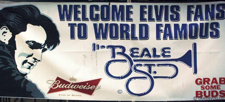 """Ein """"Welcome Elvis Fans""""-Schild in der bekannten Beale Street in Memphis während der Elvis Week 2013."""