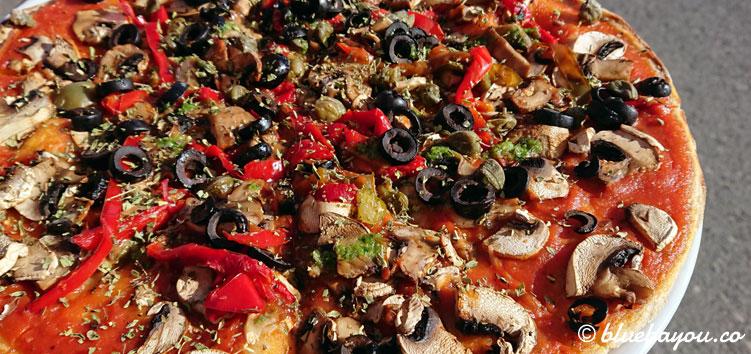 Die Pizza meiner Begleitung in der Pizzeria C'Masita II in El Pagador auf Gran Canaria.