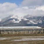 雪の伊吹山と新幹線