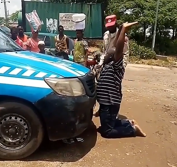 Video : MAN KNEELS IN FRONT OF FRSC VAN while Pleading for his LICENSE TO BE RETURNED TO HIM.