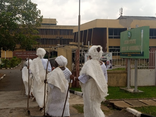 Traditionalists Storm Ogun State House Of Assembly Over Bill Seeking To Regulate Burial And Installation Rites bluebloodz.com has confirmed.