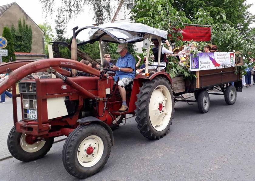 Traktor mit dem Wagen zum Umzug