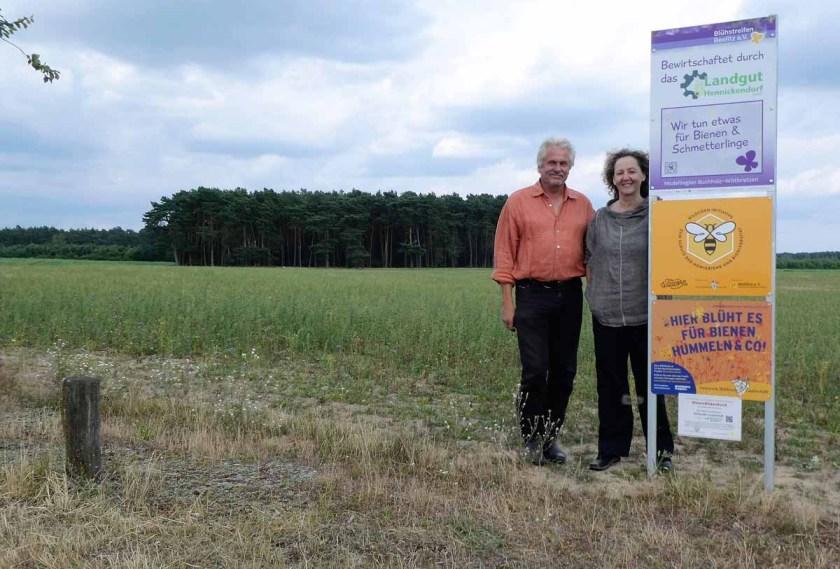 Kerstin und Lutz Pahl vom Verein Blühstreifen Beelitz an einer der Flächen, die neuen Lebensraum für Insekten bieten. Quelle: Privat