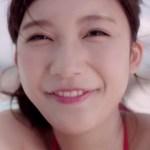 オデストCMの女優は誰?赤い水着姿の女の子がプールサイドではしゃぐ!