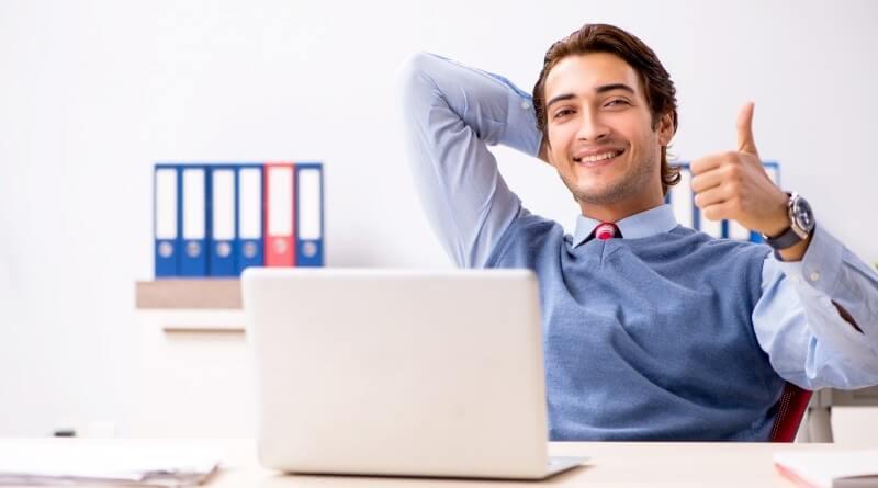 zaměstnanec u počítače