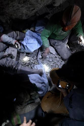 Rudnik srebra v Potosi - rudarji na delu