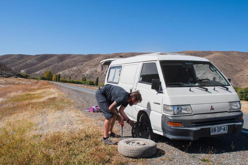 Stroški potovanja za Argentino - menjava gume na kombiju
