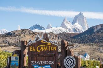 El Chalten znak in gorska veriga v ozadju