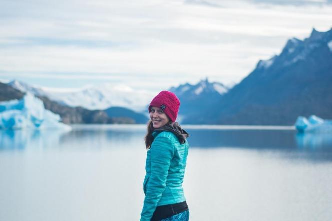 Jaz in ledeniško jezero v ozadju