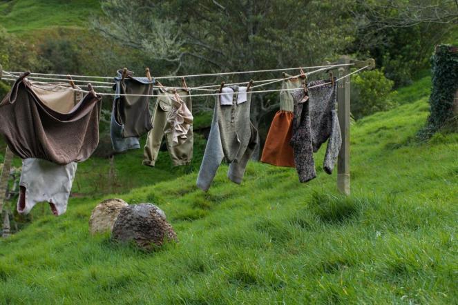 Hobitove obleke na se sušijo na vrvi za perilo