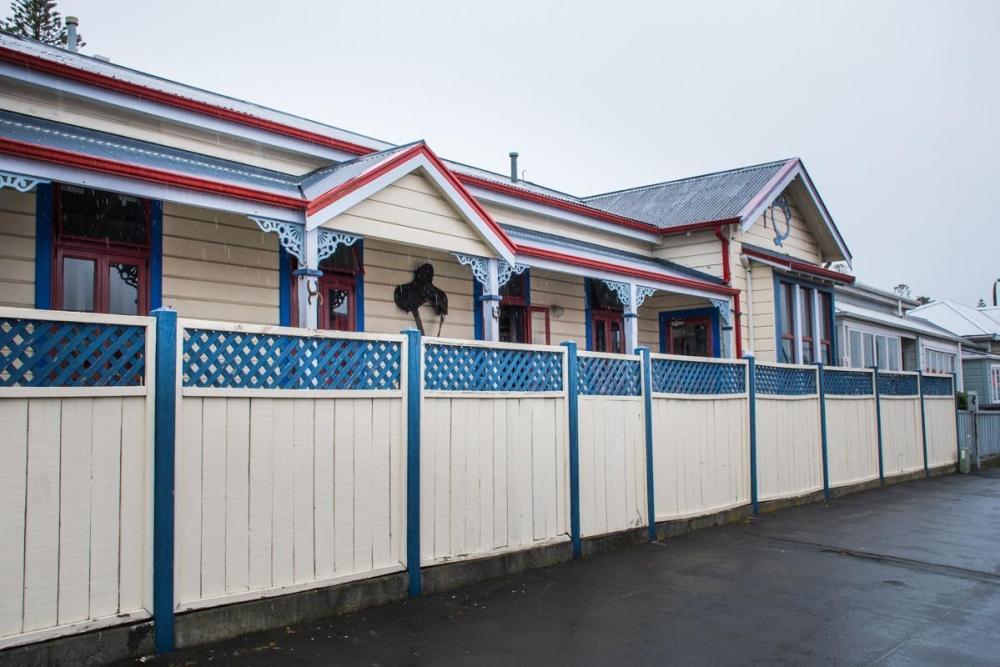 Bel lesen hostel, ki spominja (Potepuški nasveti za Novo Zelandijo)na konjske hleve