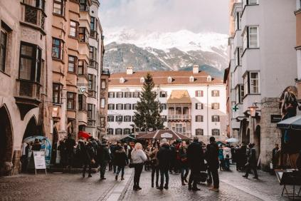 Božični sejem v Innsbrucku: staro mestno jedro in znamenita zlata streha v ozadju