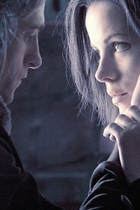 Kate Beckinsale and Scott Speedman as Selene and Michael share a tender moment.