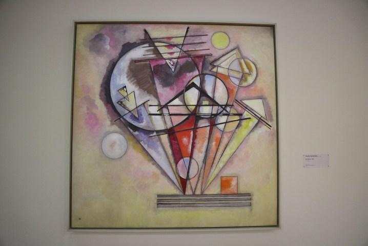 ポンピドゥーセンターの円が多い抽象画