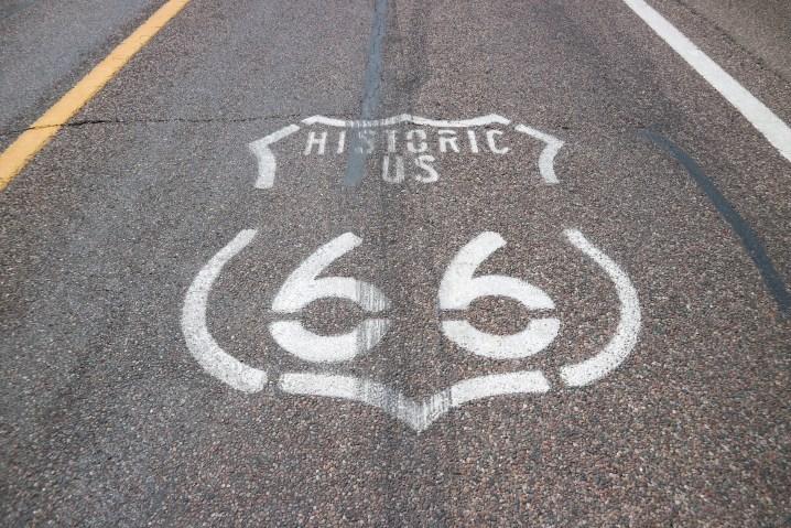 道路上にあるルート66のマーク
