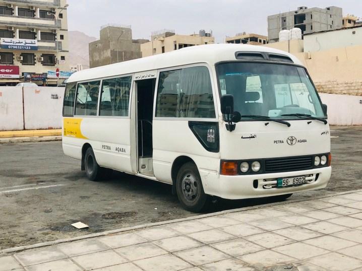 アカバからペトラ行きのローカルバス