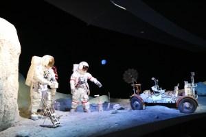 ジョンソン宇宙センターのSpace Galleryの宇宙飛行士とLRV