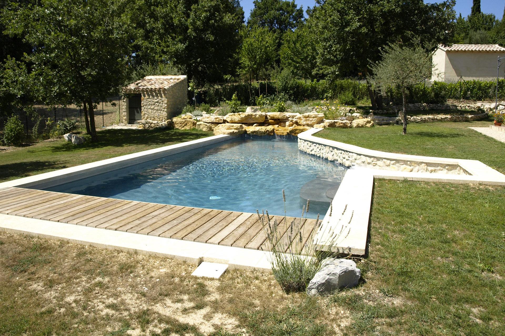 piscine beton avec plage et cascade en