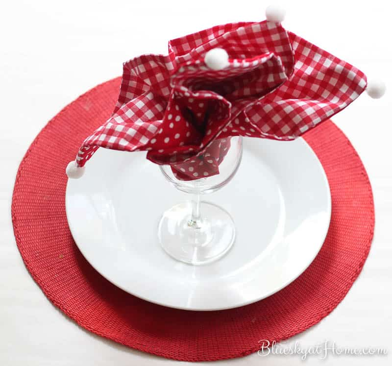 How to Make an Easy 2-Sided Napkin with Pompoms. Making your own customized napkins for a specific occasion couldn't be easier. Follow along on this tutorial and you'll have the prettiest table decor ever to share with friends and family. BlueskyatHome.com