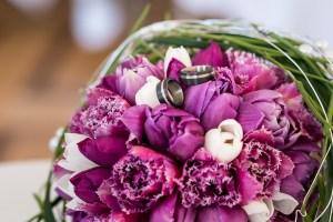hochzeit_blumen_rosa_violett_ringe