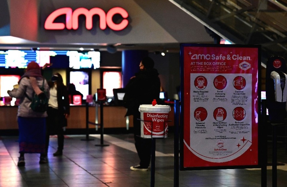 Moviegoers stand in line at AMC Empire 25 off Times Square as New York City's cinemas reopened on March 5, 2021, a year after they were closed by coronavirus - Angela Weiss / ©AFP