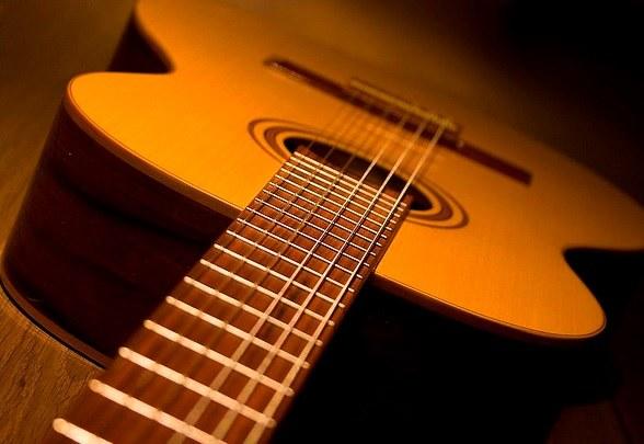 Gincaneiros arrecadam violões