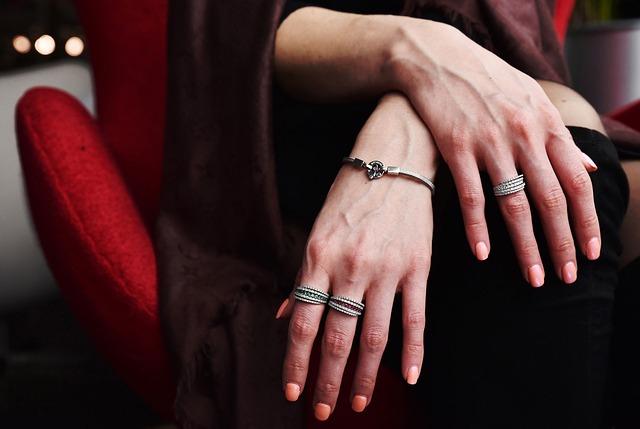 恋愛・復縁にも有効?!どこにつければいい?!指輪をつける指と効果の話