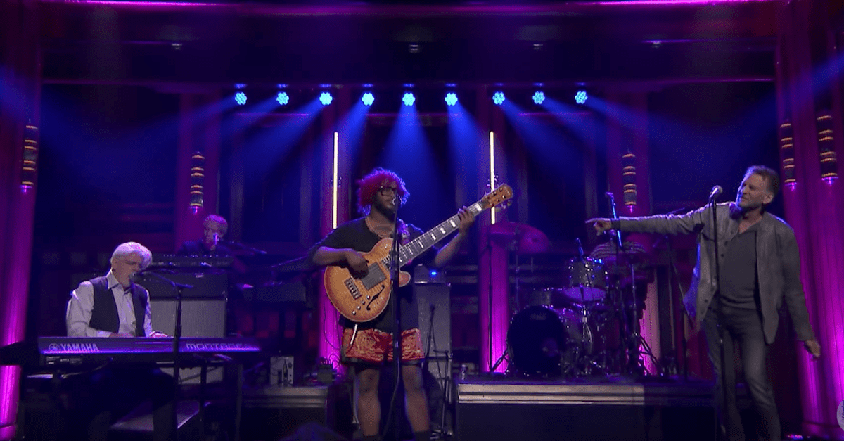 "Thundercat, Michael McDonald & Kenny Loggins Perform ""Show You the Way"" On The Tonight Show"