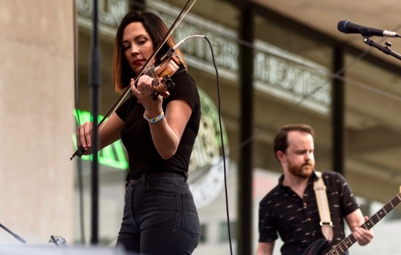 Amanda Shires at AmericanaFest NYC @ Hearst Plaza 8/12/17. Photo by Vivian Wang (@Lithophyte) for www.BlurredCulture.com.