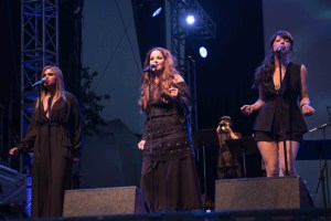 """Backup Singers at NPR's """"Turning The Tables"""" @ Damrosch Park 7/26/17. Photo by Vivian Wang (@Lithophyte) for www.BlurredCulture.com."""