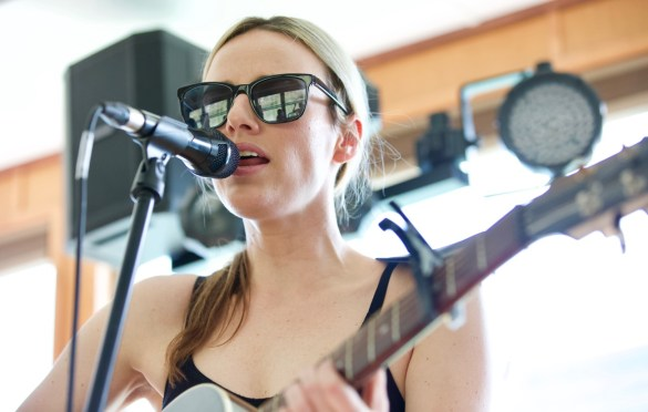 Emma White on Jamie Kent's New Nashville Riverboat Showcase during SXSW 3/16/18. Photo by Derrick K. Lee, Esq. (@Methodman13) for www.BlurredCulture.com.