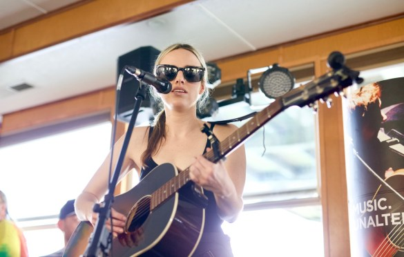 Emma White on Jamie Kent's New Nashville Riverboat Showcase during SXSW 3/16/18. Photo by Derrick K. Lee, Esq. (@Methodman13) for www.BlurredCulture.com.