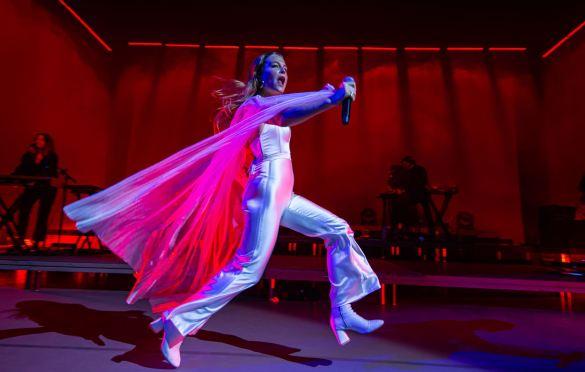 Maggie Rogers @ Greek Theatre 9/19/19. Photo by Derrick K. Lee, Esq. (@Methodman13) for www.BlurredCulture.com.