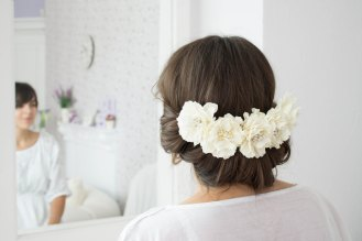 White blig flower hair pin