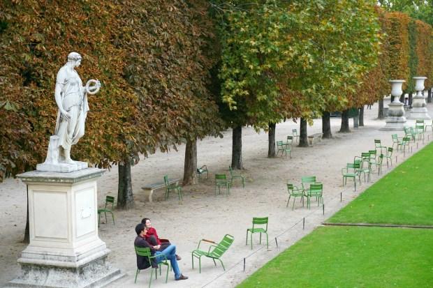 tuileries-garden-paris-couple