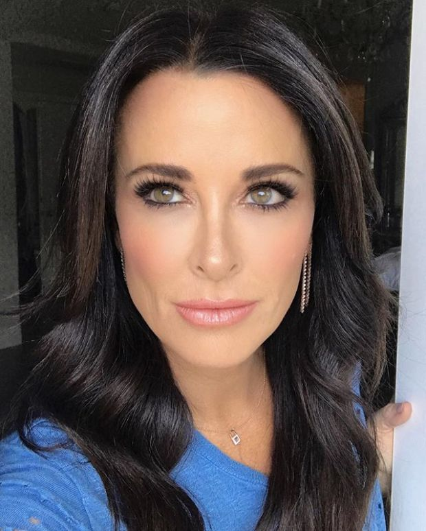 Kyle Richards glam by @glambypamelab she is wearing Tom Ford Spanish Pink lipstick, her favorite Hot Mama blush from The Balm, Makeup Forever HD Foundation in 128, and Red Cherry lashes in Lottie. For her hair Pamela Brogardi used Kerasilk Hair Stay.