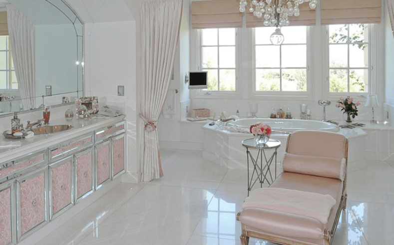 Lisa Vanderpump's Villa Rosa has a beautiful bathtub with a TV and a pink chaise lounge, but no home hair salon.