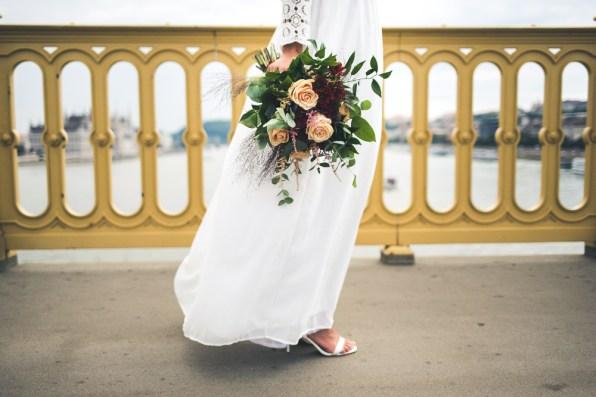 burgundy esküvő, menyasszonyi csokor, őszi esküvő, polgári esküvő, menyasszonyi ruha, greenery esküvő, esküvői dekor,