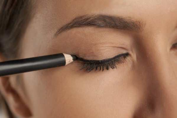 9 Tips and Tricks to Master the Winged Eyeliner Look 4