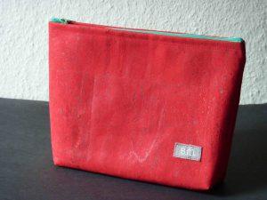 Kosmetiktasche aus rot gefärbtem Kork